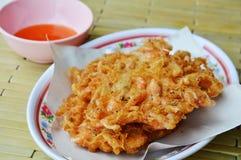Κτυπώ-τηγανισμένη γαρίδα στο αλεύρι και αυγό που βυθίζει τη γλυκιά σάλτσα Στοκ Εικόνες