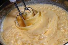 Κτύπημα κέικ - γλυκιά κρέμα - κατασκευή ζυμών Στοκ Εικόνες