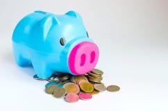 Κτύπημα και νόμισμα Piggy στο άσπρο υπόβαθρο Στοκ Φωτογραφίες