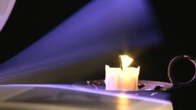 Κτύπημα μέσω του βιβλίου σε ένα υπόβαθρο κεριών απόθεμα βίντεο
