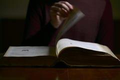 Κτύπημα μέσω των σελίδων ενός παλαιού βιβλίου Στοκ φωτογραφία με δικαίωμα ελεύθερης χρήσης