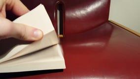 Κτύπημα σελίδων γωνιών του παχιού βιβλίου φιλμ μικρού μήκους