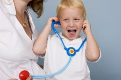 κτύπος της καρδιάς μωρών που ακούει  στοκ φωτογραφία με δικαίωμα ελεύθερης χρήσης