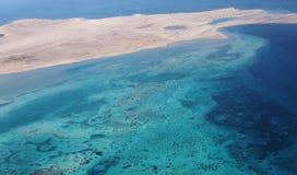 κυανή αμμώδης θάλασσα ακτ στοκ εικόνα με δικαίωμα ελεύθερης χρήσης