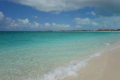 Κυανοί νερό και μπλε ουρανός στην παραλία κόλπων της Grace στους Τούρκους και τα Caicos Στοκ Εικόνα