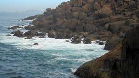 Κυανός ωκεανός στους τεράστιους απότομους βράχους στην αγριότητα σε αργή κίνηση φιλμ μικρού μήκους