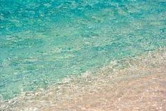 Κυανό νερό του παραδείσου Playa παραλιών του νησιού Cayo βραδύτατου, Κούβα Κινηματογράφηση σε πρώτο πλάνο Στοκ φωτογραφίες με δικαίωμα ελεύθερης χρήσης