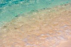 Κυανό νερό του παραδείσου Playa παραλιών του νησιού Cayo βραδύτατου, Κούβα Κινηματογράφηση σε πρώτο πλάνο Στοκ Εικόνες