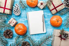 Κυανό ξύλινο υπόβαθρο Πράσινοι κλάδοι έλατου, con Ευχετήρια κάρτα Χριστουγέννων και νέο έτος santa επιστολών Ευχετήρια κάρτα Χρισ Στοκ Εικόνες