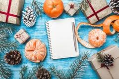 Κυανό ξύλινο υπόβαθρο Πράσινοι κλάδοι έλατου, con Ευχετήρια κάρτα Χριστουγέννων και νέο έτος santa επιστολών μανταρίνια Στοκ Φωτογραφία