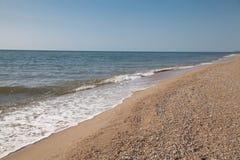 Κυανό τοπίο θάλασσας την ηλιόλουστη ημέρα, ακτή, vawes, καμία Στοκ Εικόνα