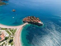 κυανό όμορφο budva νησιών του Μαυροβουνίου sveti του Stefan ουρανού πρωινού σιωπηλό Στοκ Φωτογραφία