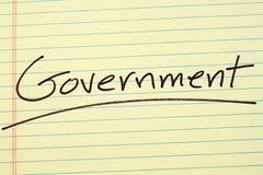 Κυβέρνηση σε ένα κίτρινο νομικό μαξιλάρι στοκ φωτογραφία με δικαίωμα ελεύθερης χρήσης