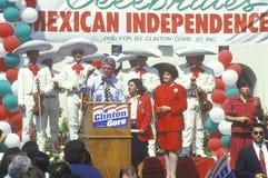 Κυβερνήτης Bill Clinton και υποψήφιος Diane Feinstein ΑΜΕΡΙΚΑΝΙΚΗΣ Συγκλήτου σε έναν μεξικάνικο εορτασμό ημέρας της ανεξαρτησίας  Στοκ φωτογραφία με δικαίωμα ελεύθερης χρήσης
