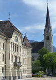 Κυβερνητικό κτήριο και εκκλησία του ST Florian ` s, Vaduz, Λιχτενστάιν Στοκ φωτογραφίες με δικαίωμα ελεύθερης χρήσης