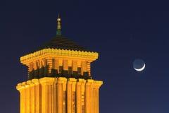Κυβερνητικό κτήριο νομαρχιακών διαμερισμάτων Kanagawa και το ημισεληνοειδές φεγγάρι Στοκ εικόνες με δικαίωμα ελεύθερης χρήσης
