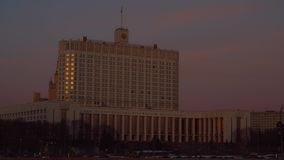 Κυβερνητικό σπίτι της Ρωσικής Ομοσπονδίας Μόσχα βαριά κυκλοφορία Ηλιοβασίλεμα 4K φιλμ μικρού μήκους