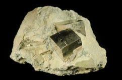 Κυβικά κρύσταλλα του μεταλλεύματος πυρίτη Στοκ Φωτογραφίες