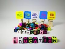 κυβικό κείμενο εκπαίδευσης λέξεων & ευτυχή από τη Δευτέρα μέχρι την Παρασκευή στοκ εικόνα με δικαίωμα ελεύθερης χρήσης