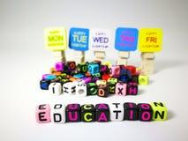 κυβικό κείμενο εκπαίδευσης λέξεων & ευτυχή από τη Δευτέρα μέχρι την Παρασκευή στοκ φωτογραφίες
