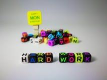 κυβικό κείμενο σκληρής δουλειάς λέξεων & ευτυχής Δευτέρα στοκ φωτογραφίες με δικαίωμα ελεύθερης χρήσης