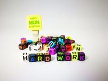 κυβικό κείμενο σκληρής δουλειάς λέξεων & ευτυχής Δευτέρα στοκ εικόνες