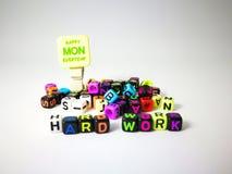 κυβικό κείμενο σκληρής δουλειάς λέξεων & ευτυχής Δευτέρα στοκ φωτογραφία