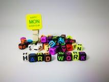 κυβικό κείμενο σκληρής δουλειάς λέξεων & ευτυχής Δευτέρα στοκ εικόνες με δικαίωμα ελεύθερης χρήσης