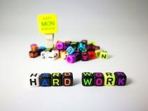 κυβικό κείμενο σκληρής δουλειάς λέξεων & ευτυχής Δευτέρα στοκ φωτογραφία με δικαίωμα ελεύθερης χρήσης