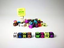 κυβικό κείμενο σκληρής δουλειάς λέξεων & ευτυχής Δευτέρα στοκ εικόνα με δικαίωμα ελεύθερης χρήσης