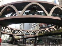 Κυκλική γέφυρα για πεζούς στον κόλπο υπερυψωμένων μονοπατιών, Χονγκ Κονγκ στοκ φωτογραφία με δικαίωμα ελεύθερης χρήσης