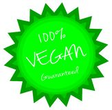 Κυκλική ετικέτα με μορφή του ήλιου, vegan εγγυημένη 100%, πράσινος, που απομονώνεται ελεύθερη απεικόνιση δικαιώματος