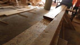 Κυκλική κοπή πριονιών μέσω μιας σανίδας του ξύλου φιλμ μικρού μήκους