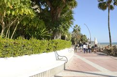 Κυκλικός πάγκος στον περίπατο Estepona στοκ φωτογραφία με δικαίωμα ελεύθερης χρήσης