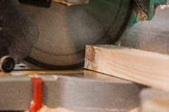 Κυκλικό πριόνι με μια ξύλινη κλίμακα ακτίνων και μέτρησης στοκ φωτογραφία με δικαίωμα ελεύθερης χρήσης