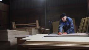 Κυκλικό τέμνον ξύλο επιτραπέζιων πριονιών στο εργαστήριο ξυλουργών απόθεμα βίντεο