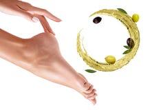 Κυκλοφορήστε τον παφλασμό του ελαιολάδου κοντά στα θηλυκά πόδια Έννοια Skincare στοκ φωτογραφία με δικαίωμα ελεύθερης χρήσης