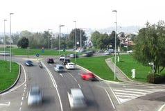 Κυκλοφορία αυτοκινήτων γύρω από τη διασταύρωση κυκλικής κυκλοφορίας Στοκ Φωτογραφία