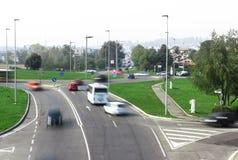 Κυκλοφορία αυτοκινήτων γύρω από τη διασταύρωση κυκλικής κυκλοφορίας Στοκ φωτογραφία με δικαίωμα ελεύθερης χρήσης