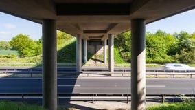 Κυκλοφορία αυτοκινήτων κάτω από τη γέφυρα στον πολυάσχολο αυτοκινητόδρομο απόθεμα βίντεο