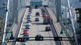 Κυκλοφορία αυτοκινήτων που διασχίζει τη γέφυρα πυλών λιονταριών απόθεμα βίντεο