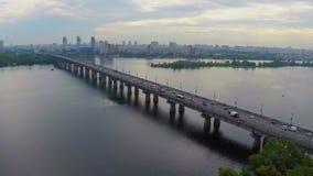 Κυκλοφορία αυτοκινήτων που οδηγεί την πολυάσχολη γέφυρα ποταμών, ώρα κυκλοφοριακής αιχμής, εναέρια άποψη απόθεμα βίντεο