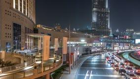 Κυκλοφορία αυτοκινήτων στο δρόμο κοντά στη λεωφόρο τη νύχτα στο στο κέντρο της πόλης timelapse φιλμ μικρού μήκους