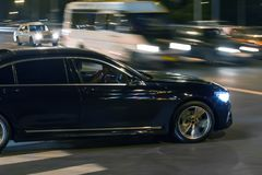 κυκλοφορία αυτοκινήτων τη νύχτα στη διατομή στοκ φωτογραφίες με δικαίωμα ελεύθερης χρήσης