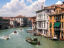 Κυκλοφορία βαρκών στη Βενετία στο μεγάλο κανάλι στοκ εικόνες