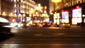 Κυκλοφορία νύχτας της μεγάλης πόλης Οδηγώντας αυτοκίνητα διάδρομοι ανασκόπηση που θολώνεται φιλμ μικρού μήκους