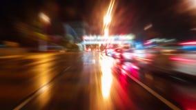 Κυκλοφορία νύχτας χρόνος-σφάλματος με τα φουτουριστικά αποτελέσματα θαμπάδων & ζουμ κινήσεων φιλμ μικρού μήκους
