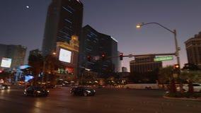 Κυκλοφορία οδών στη λεωφόρο του Λας Βέγκας το βράδυ - ΗΠΑ 2017 απόθεμα βίντεο