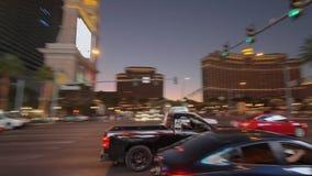 Κυκλοφορία οδών στη λουρίδα του Λας Βέγκας τη νύχτα - ΗΠΑ 2017 απόθεμα βίντεο