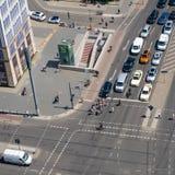 Κυκλοφορία πόλεων - αυτοκίνητα και άνθρωποι στην κεραία οδών Στοκ εικόνες με δικαίωμα ελεύθερης χρήσης